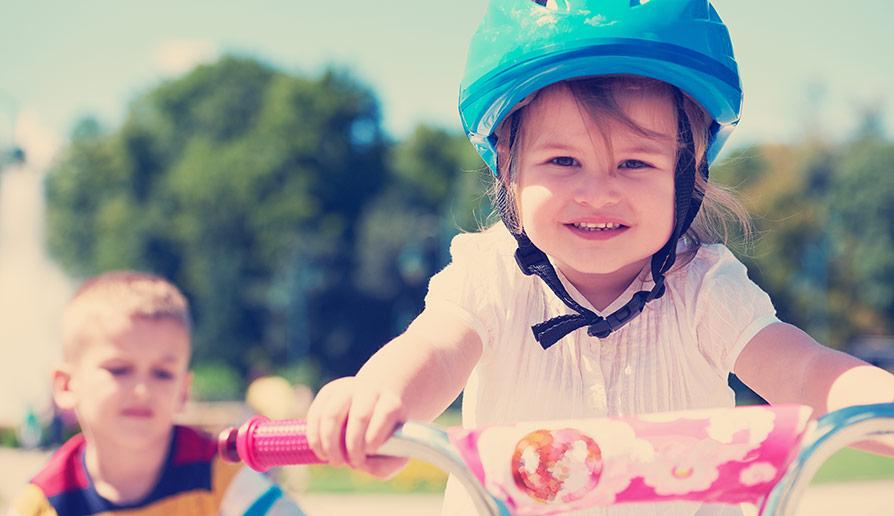 För och nackdelar med handbromsar på barncyklar